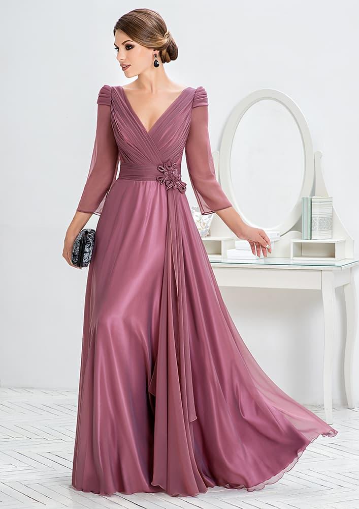 Лиловое вечернее платье с V-образным вырезом и длинным рукавом.