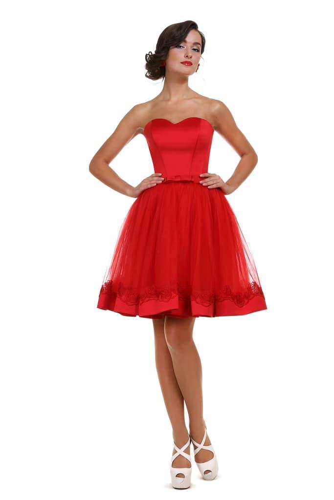 Красное вечернее платье с атласным корсетом и пышной юбкой.