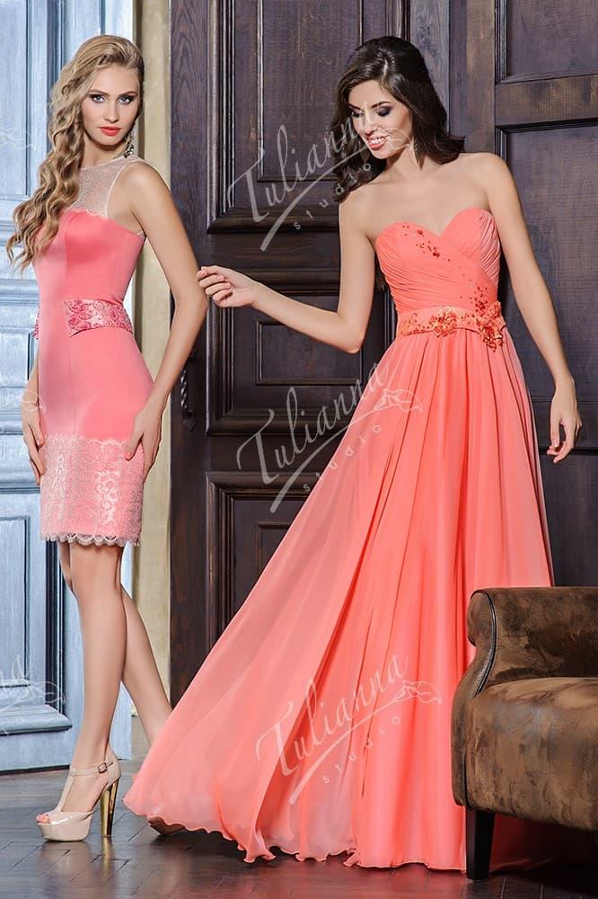 Вечернее платье прямого кроя с фигурным широким поясом.