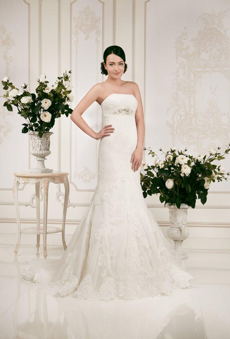 Открытое свадебное платье «русалка» с нежным кружевным декором по всей длине.