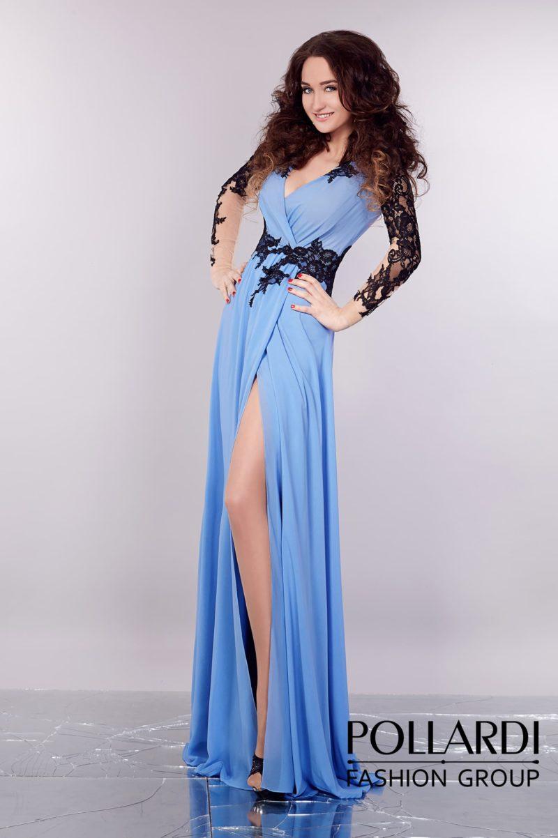 Необычное вечернее платье голубого цвета с V-образным вырезом и высоким разрезом по подолу.