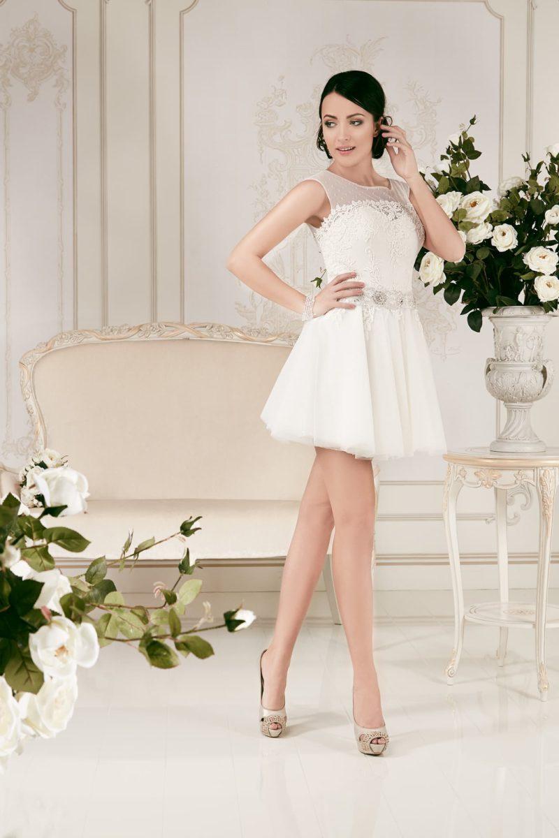 Короткое свадебное платье с многослойной юбкой и сдержанным закрытым лифом.