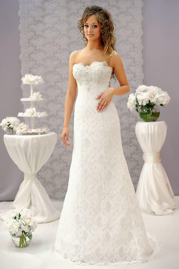 Кружевное свадебное платье кроя «трапеция» с открытым декольте оригинального кроя.