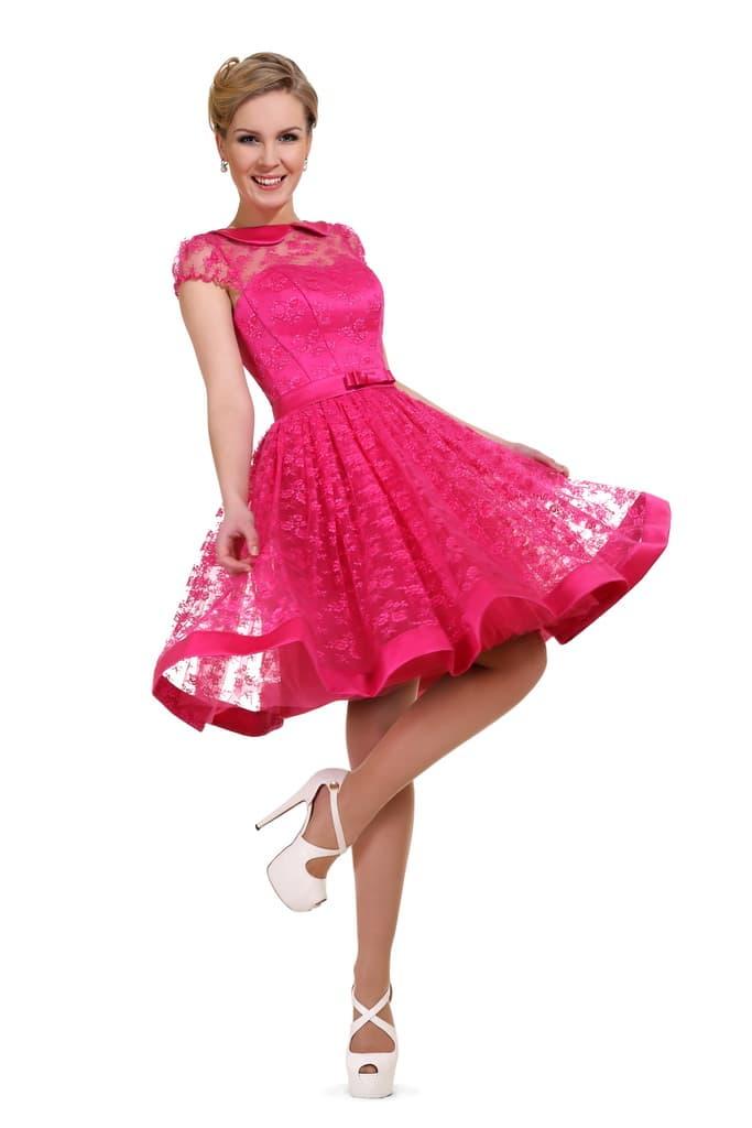 Яркое вечернее платье с короткой юбкой с кружевным верхом.