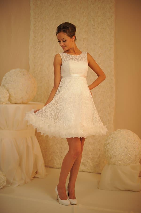 Романтичное свадебное платье с короткой юбкой с объемным декором низа подола.
