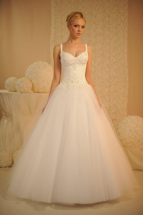 Классическое свадебное платье с пышной юбкой из тюльмарина, декорированное вышивкой.