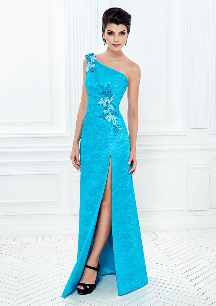 Длинное вечернее платье с асимметричным лифом и разрезом на юбке.