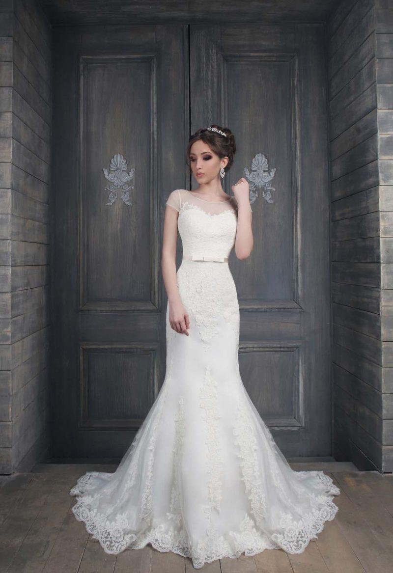 Свадебное платье «рыбка» с открытой спинкой, короткими полупрозрачными рукавами и кружевным декором.