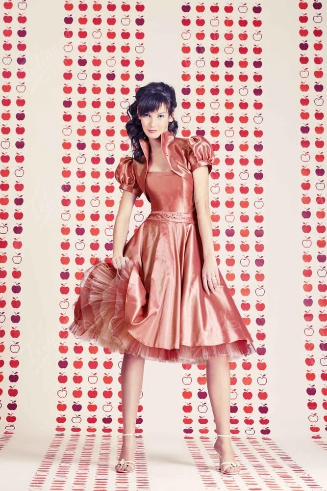 Сияющее вечернее платье из фактурной ткани, с коротким болеро.
