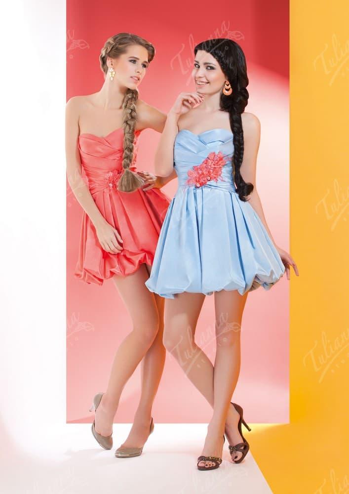 Короткое вечернее платье с объемным подолом и соблазнительным декольте.