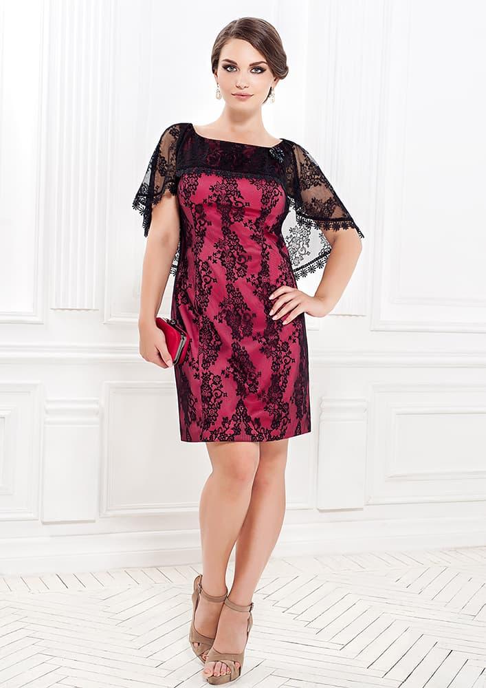 Вечернее платье-футляр с черным кружевом над малиновой подкладкой.