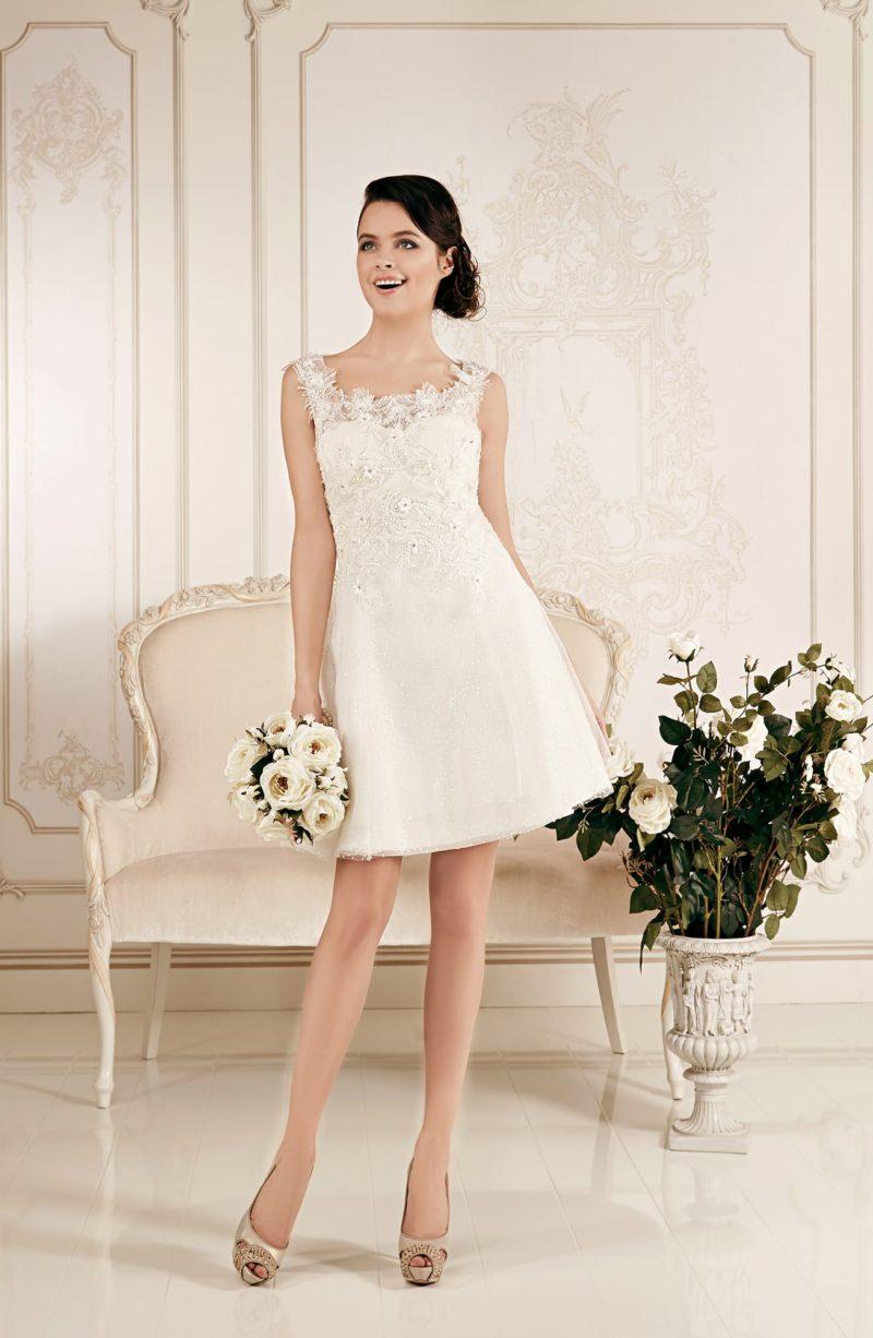 Элегантное свадебное платье с юбкой длиной чуть выше колена и кружевным декором лифа.