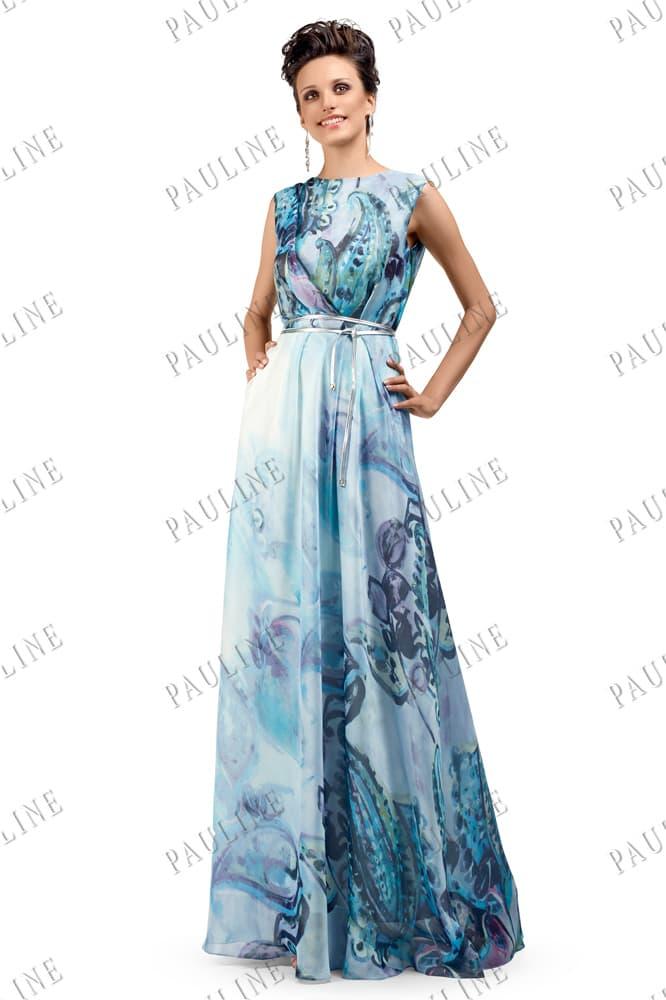 Прямое вечернее платье голубого цвета с крупным рисунком на ткани.