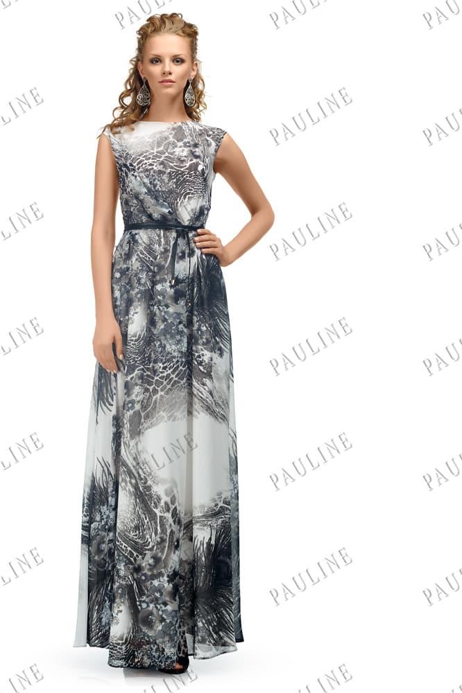 Закрытое вечернее платье прямого кроя из ткани с бело-серым принтом.