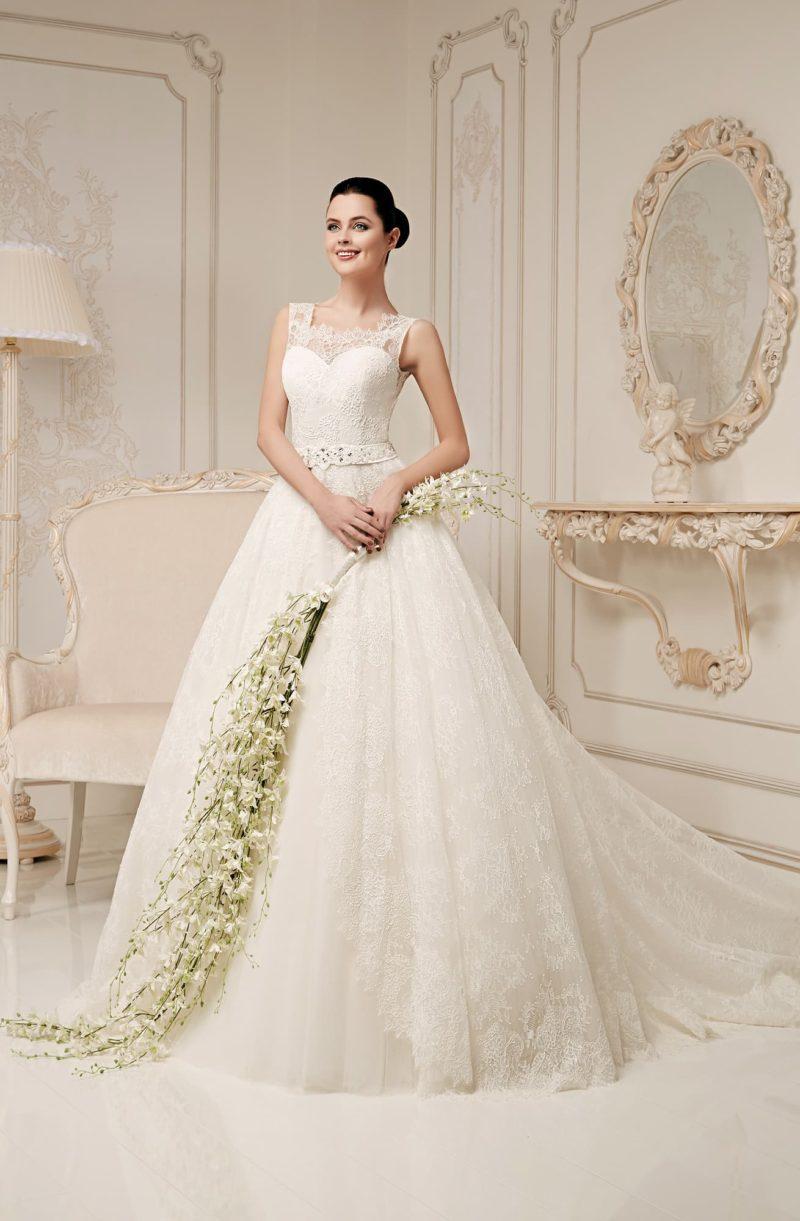 Закрытое свадебное платье с фигурным вырезом под горло и пышным многослойным низом.