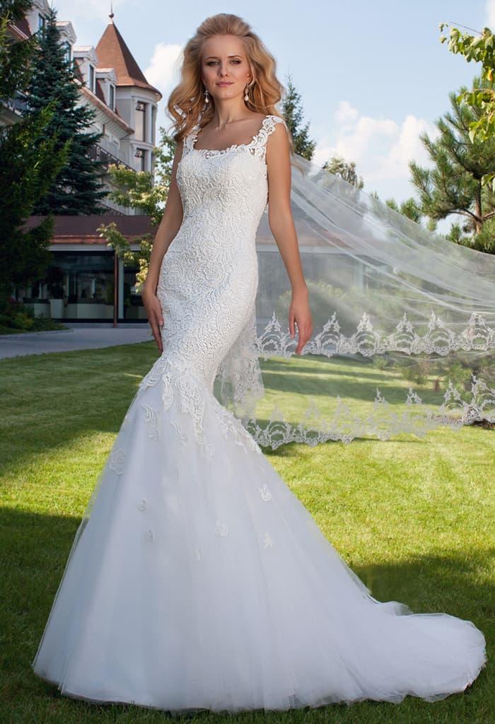 Облегающее свадебное платье «рыбка», покрытое фактурным кружевом и дополненное шлейфом.