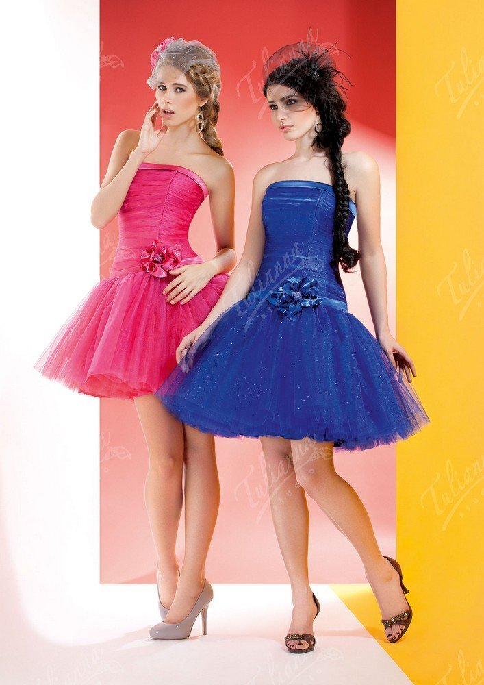 Кокетливое вечернее платье с подчеркнуто пышной юбкой и открытым лифом.