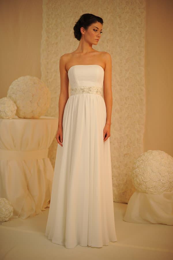 Изысканное свадебное платье в минималистичном стиле, с широким поясом с вышивкой.