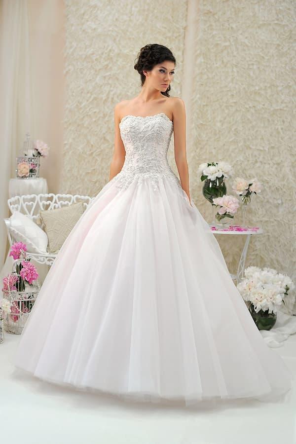 Пышное свадебное платье с кружевным верхом и низом из тюльмарина.