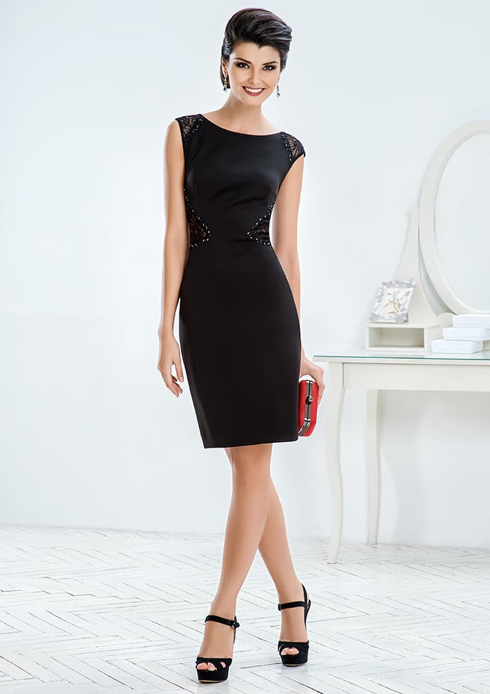 Лаконичное вечернее платье черного цвета со сверкающим декором.