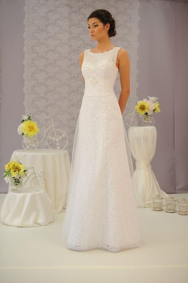 Лаконичное закрытое прямое свадебное платье с завышенной талией.