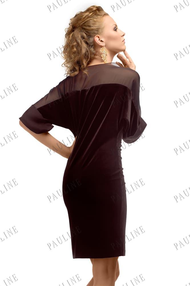 Черное вечернее платье с юбкой до середины бедра и тонкой вставкой.