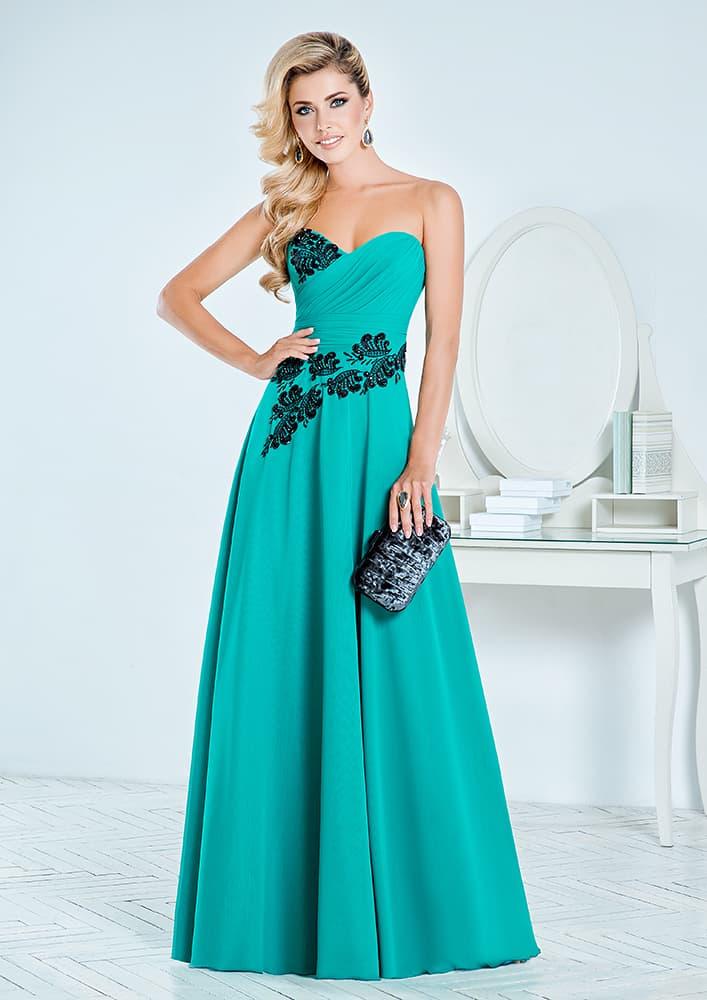 Открытое вечернее платье с лифом в форме сердца и длинной юбкой.