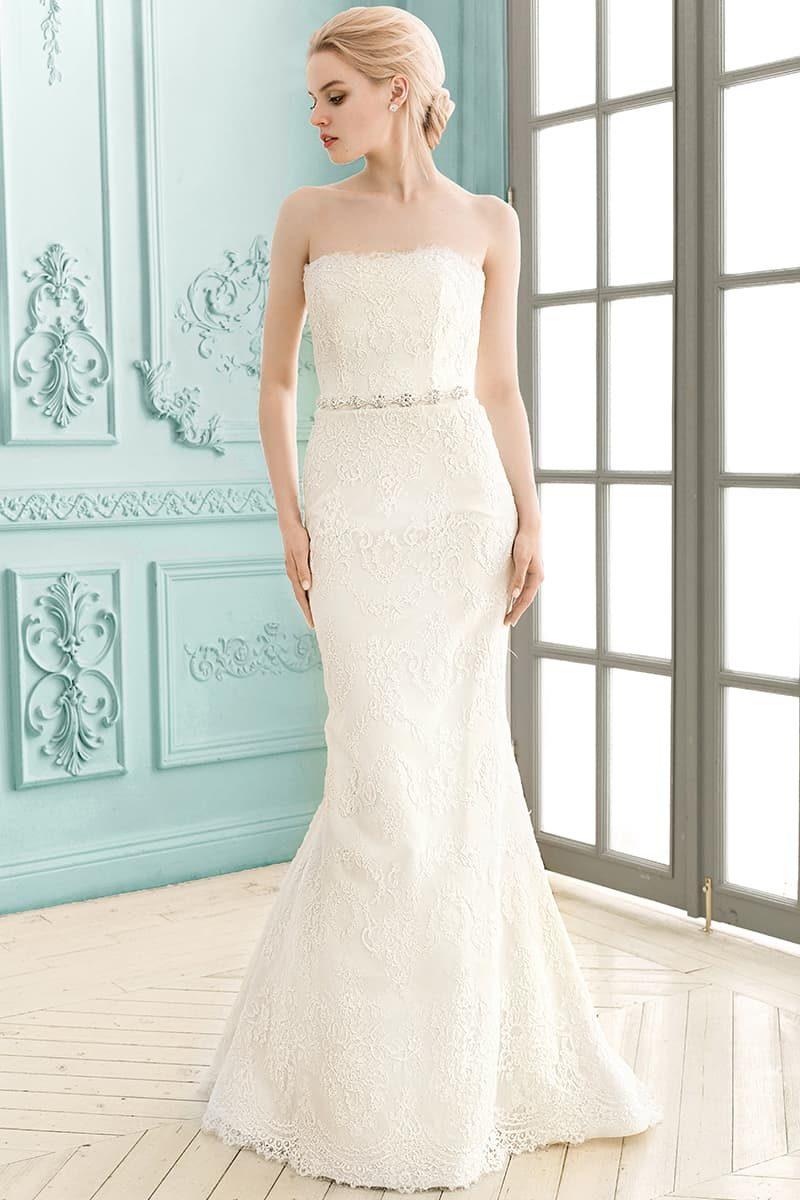 Открытое свадебное платье «рыбка» с прямым лифом и утонченной кружевной отделкой.