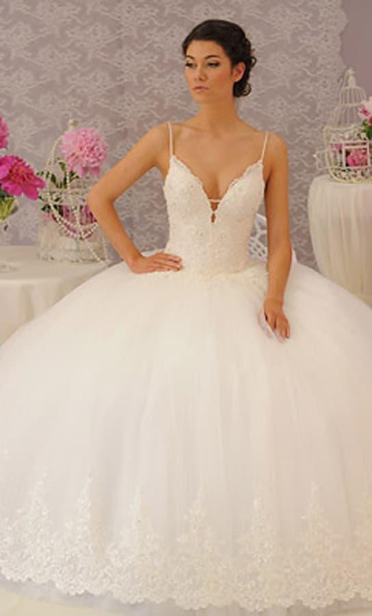 Свадебное платье с пышным низом и глубоким декольте на фактурном корсете с узкими бретелями.