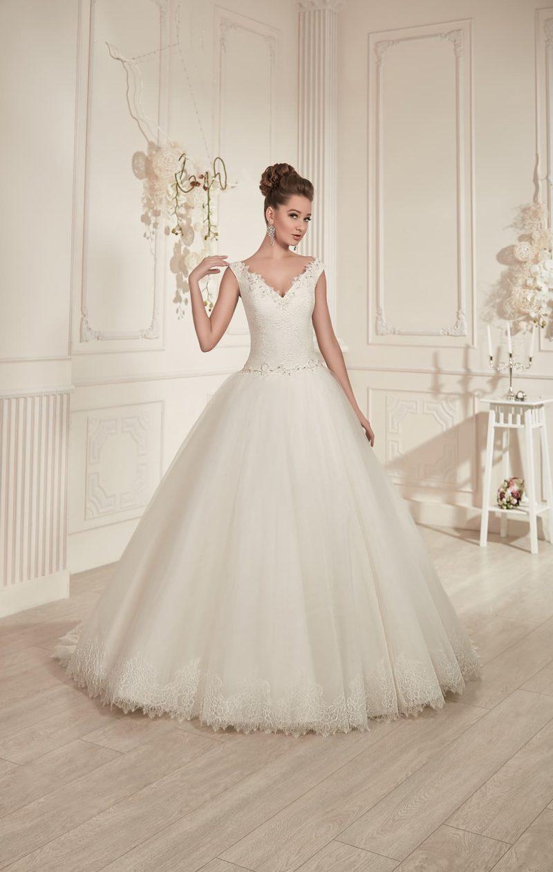 Пышное свадебное платье с V-образными вырезами на лифе и на спинке, а также с длинным шлейфом.