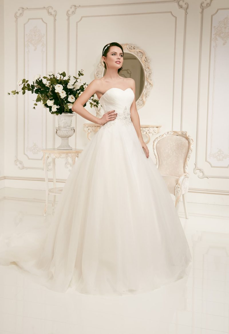 Женственное свадебное платье с соблазнительным лифом и чарующей пышной юбкой.
