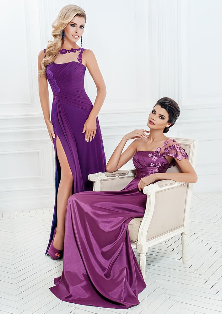 Прямое вечернее платье насыщенного фиолетового цвета.