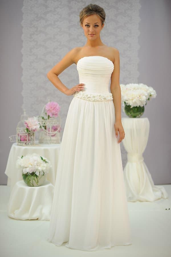 Лаконичное свадебное платье прямого кроя с романтичным поясом, украшенным бутонами.