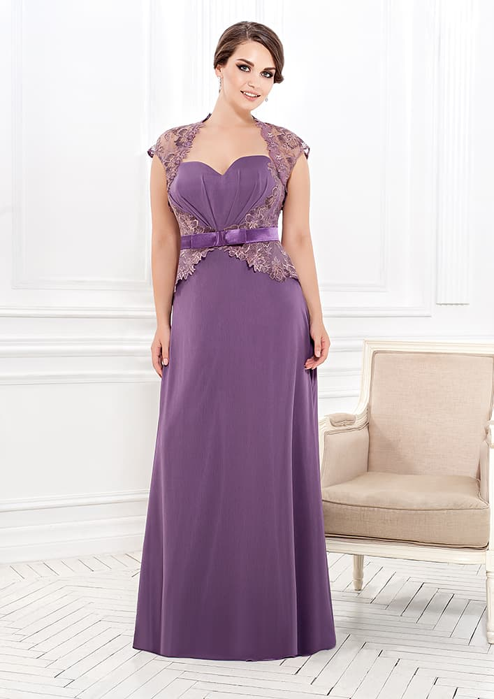 Прямое вечернее платье с вырезом в форме сердца и кружевным декором.