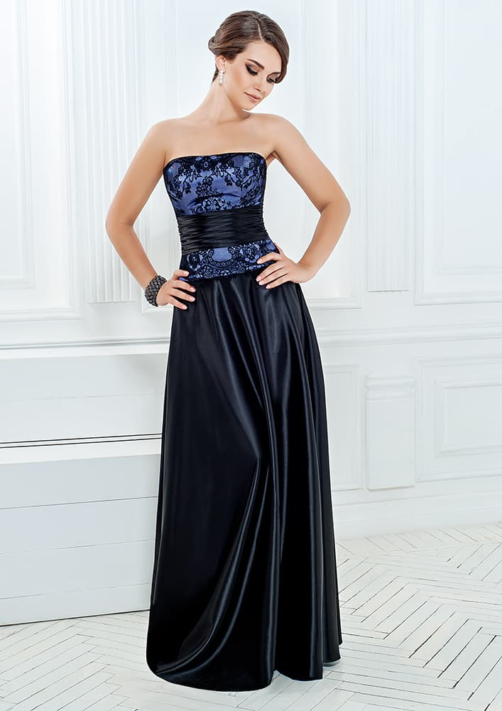 Черное вечернее платье из атласа с открытым декольте прямого кроя.