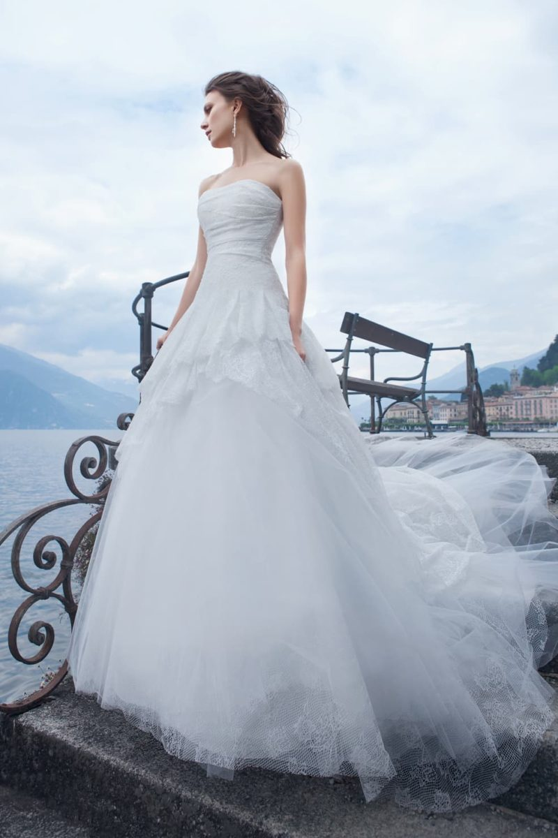 Великолепное свадебное платье пышного кроя с оригинальной баской и воздушным шлейфом.
