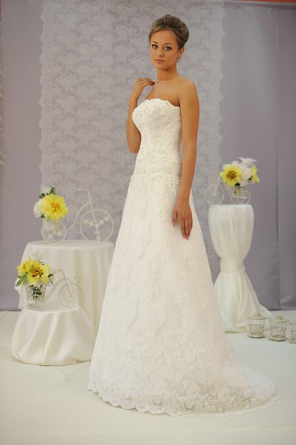 Свадебное платье с объемной вышивкой по всей длине, юбкой «трапеция» и изящным шлейфом.
