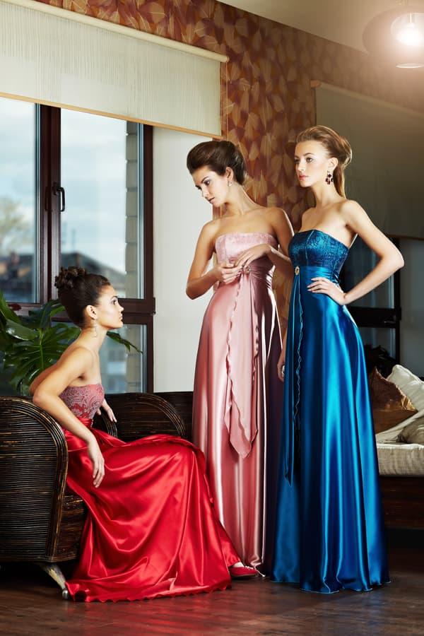 Вечернее платье из глянцевой ткани, с открытым верхом и завышенной талией.
