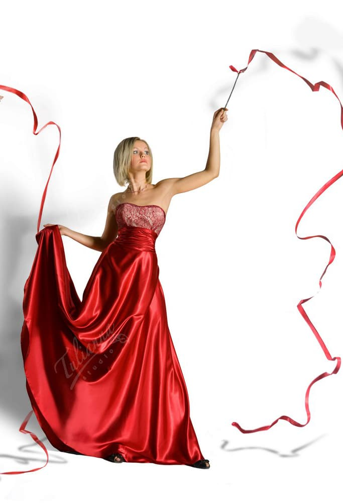 Прямое длинное вечернее платье из роскошной атласной ткани красного цвета.