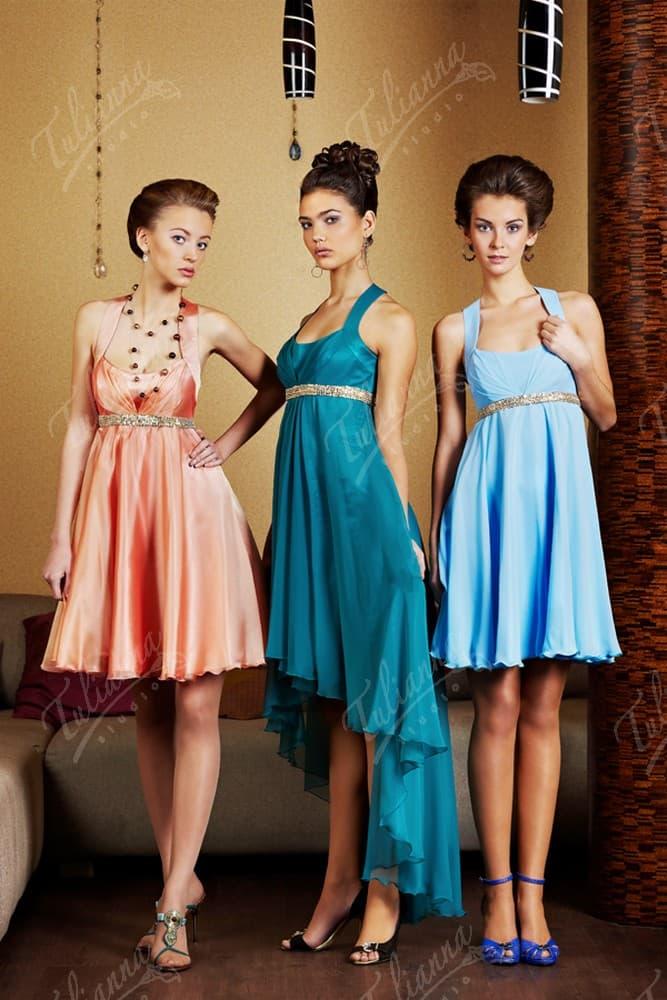 Романтичное вечернее платье с завышенной талией и волнами по юбке.