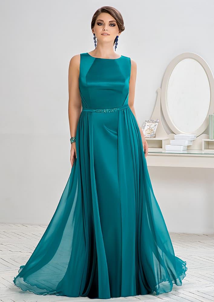 Изумрудно-зеленое вечернее платье прямого кроя с округлым вырезом.