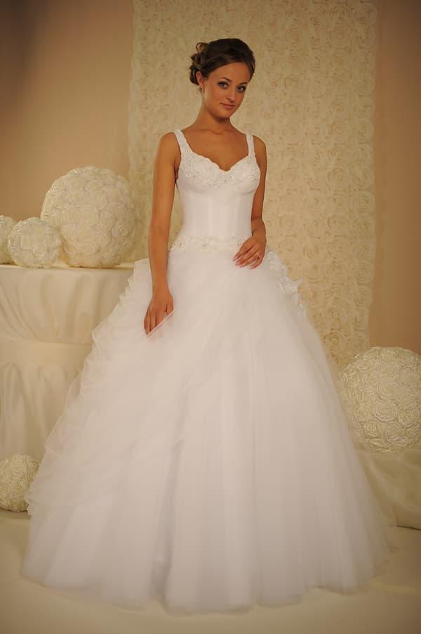 Свадебное платье с чарующими оборками по подолу и открытым декольте.