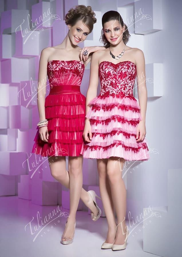 Короткое вечернее платье с юбкой до середины бедра, покрытой оборками.