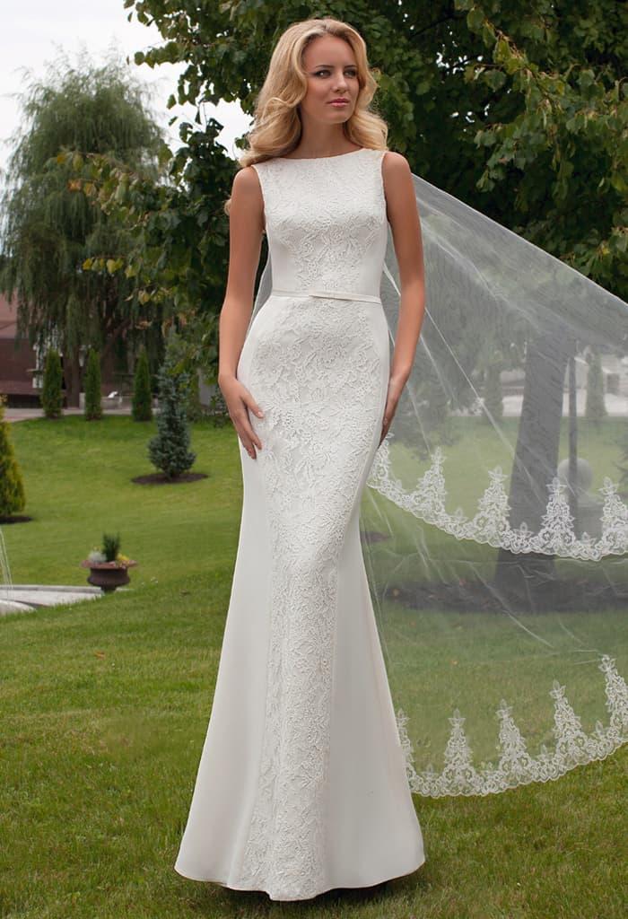 Облегающее свадебное платье с нежным кружевным декором и узким поясом на талии.
