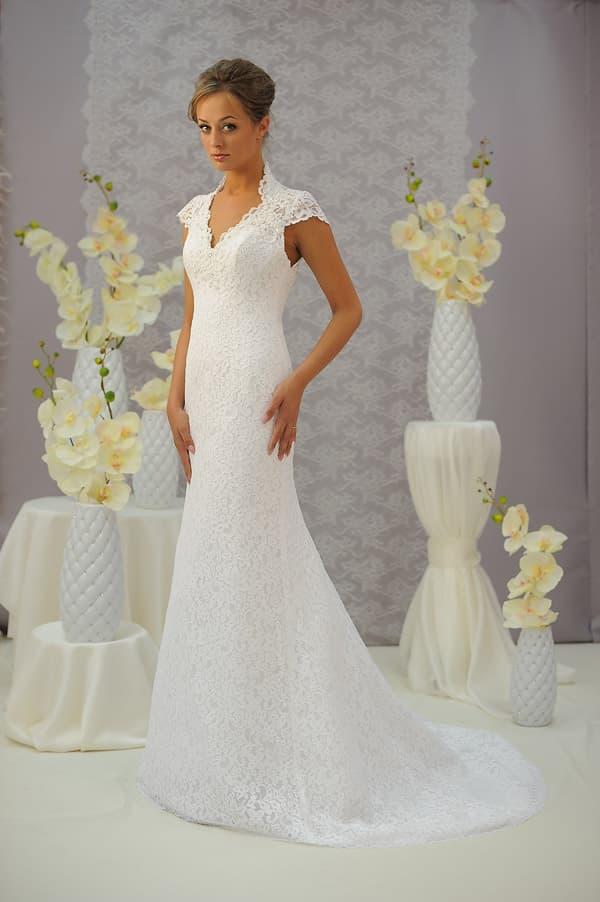 Свадебное платье с вырезом на спинке и юбкой «рыбка» с коротким кружевным шлейфом.