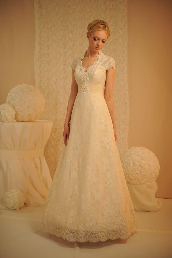 Бежевое свадебное платье классического кроя «принцесса» с завышенной талией.