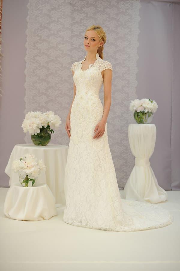 Кружевное свадебное платье с деликатным вырезом и элегантным полукругом шлейфа.