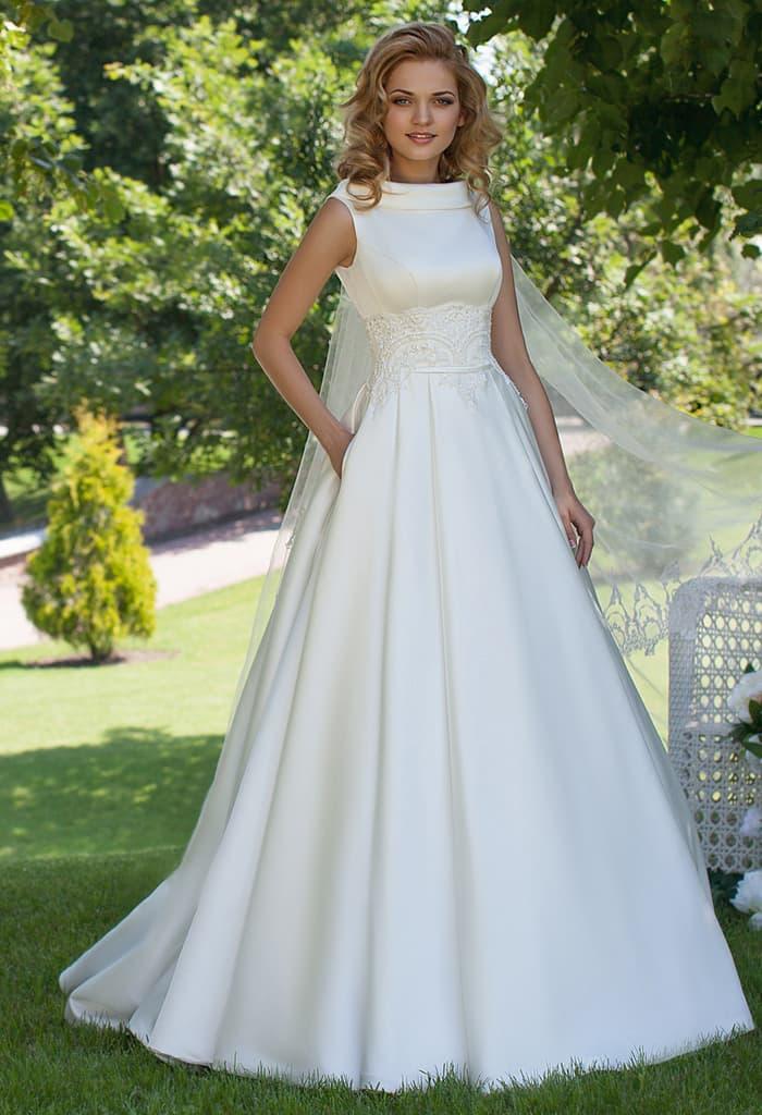 Атласное свадебное платье с закрытым лифом и кружевной полосой по линии талии.