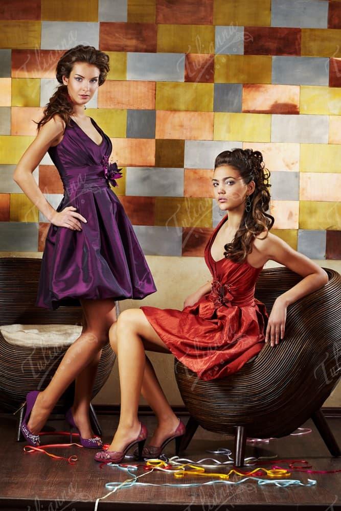 Эффектное вечернее платье из плотной ткани с V-образным вырезом.