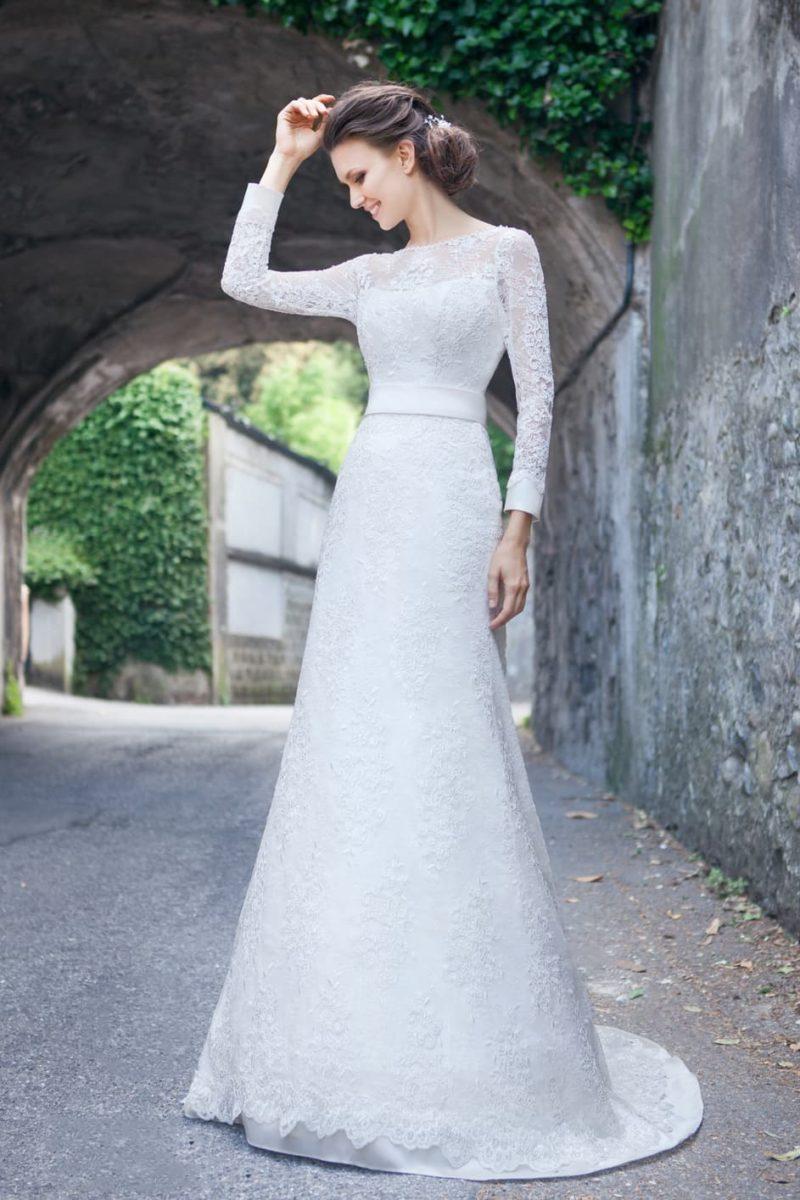 Свадебное платье с атласной подкладкой под кружевной отделкой и стильным вырезом на спинке.